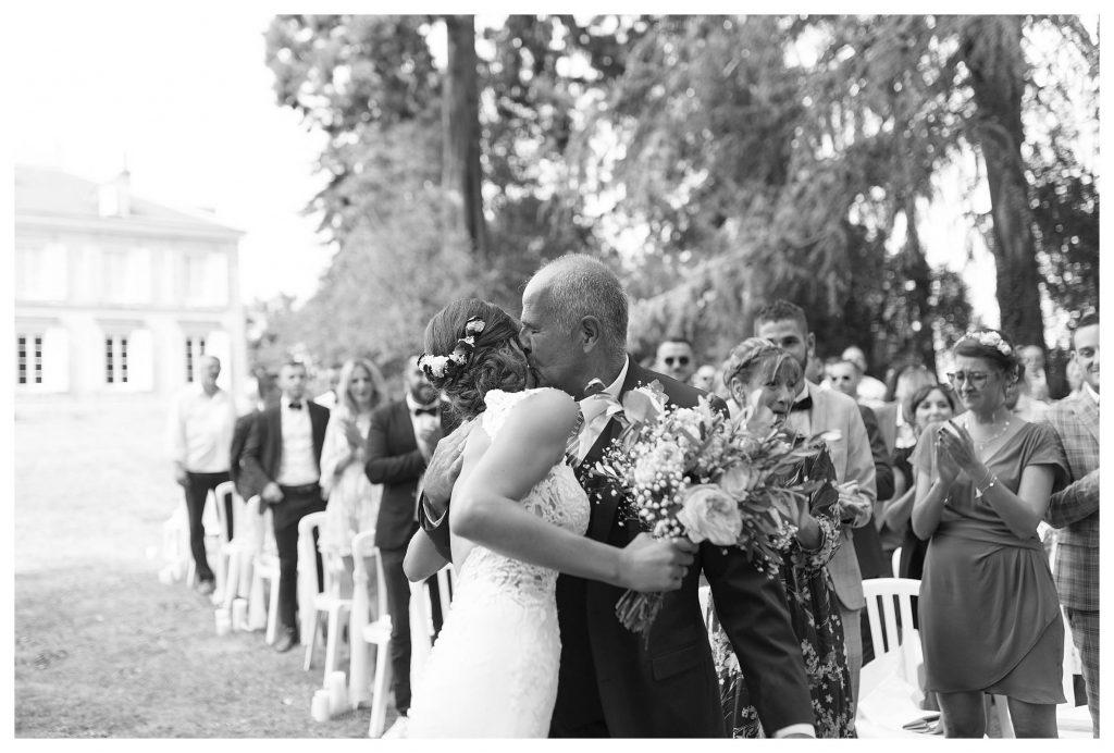 père qui embrasse la mariée