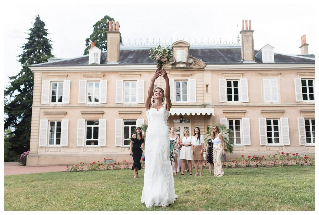photographe mariage chateau ravatys lancer bouquet